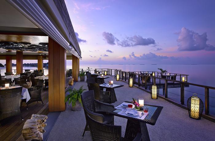デュシタニ・モルディブ 夕空広がる水上レストラン