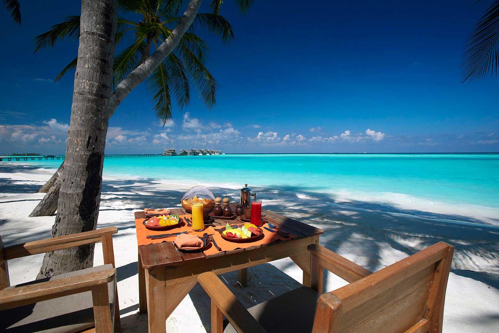 フォーシーズンズ・クダフラ 太陽の下で海を眺めながらお食事