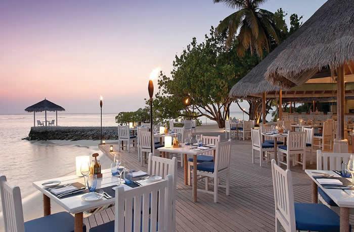 フォーシーズンズ・クダフラ 開放感のあるオープンエアーのレストラン