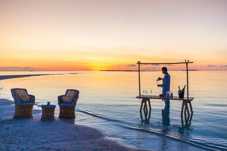 フォーシーズンズ・ランダーギラーヴァル お酒を飲みながらモルディブの景色を堪能