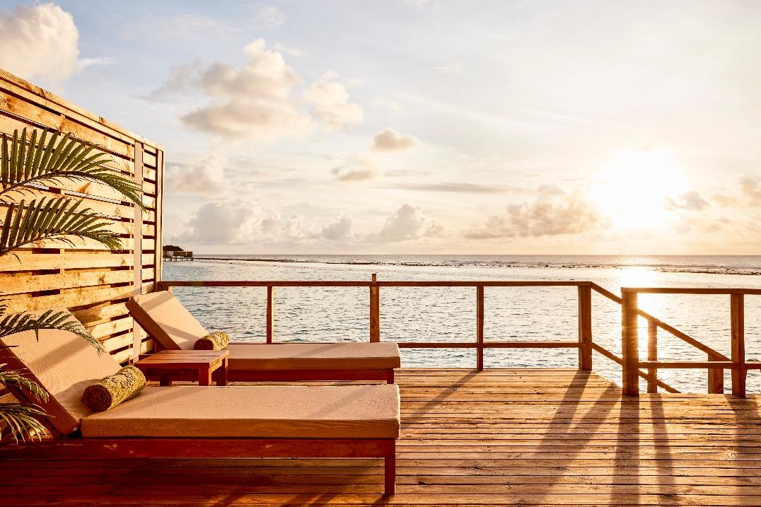 オルヴェリ デッキチェアから海を眺める