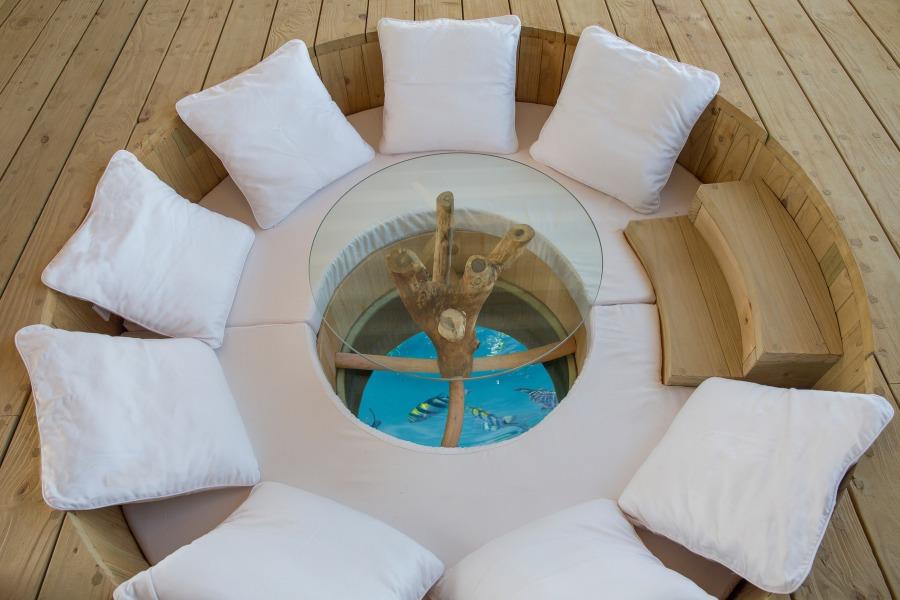 ソネバジャニ ガラスの床が楽しいソファー&テーブル